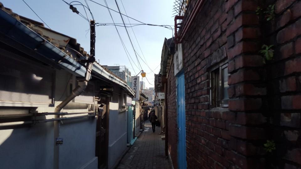近代的な都市に今も残るソウルの路地裏