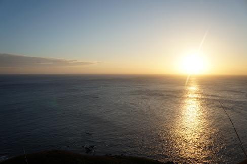 ザトウクジラのジャンプも見れるかも!? 小笠原父島の夕日スポット『ウェザーステーション』