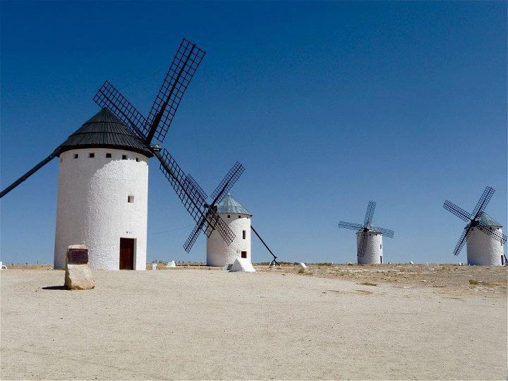 スペインのラ・マンチャ地方の風車の景色