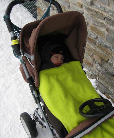 冬でも外に子供を置きっぱなしにするのです。
