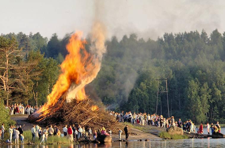 フィンランド・夏至祭のかがり火(コッコ)