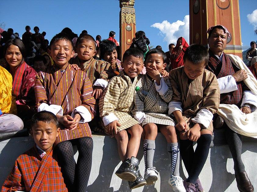 祭の日、民族衣装の「ゴ」を着て集まった子どもたち