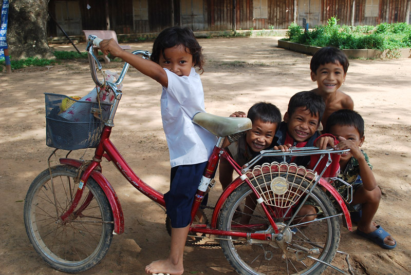 懐かしさを感じさせてくれるカンボジアの村で子どもたちの笑顔と出会いました
