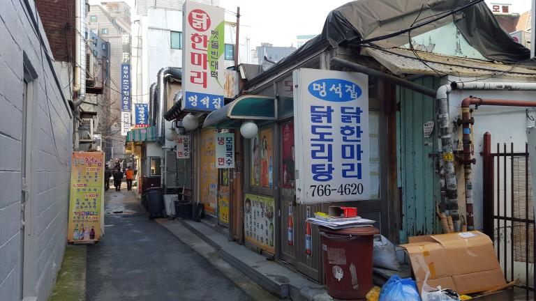 ソウルの路地裏にはディープなお店が並ぶ