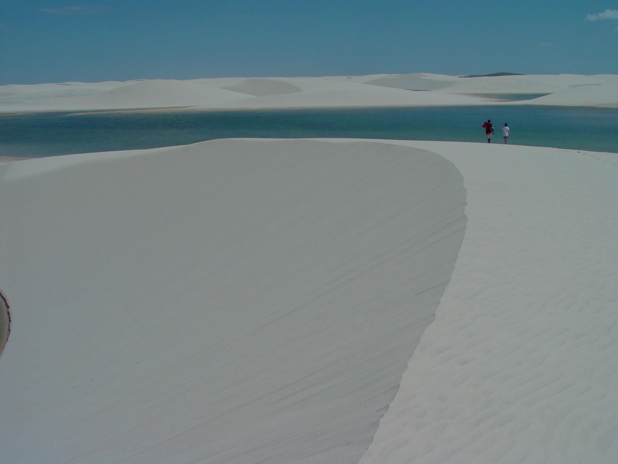 神秘の白い大砂丘と蒼い湖『レンソイス・マラニャンセス国立公園』