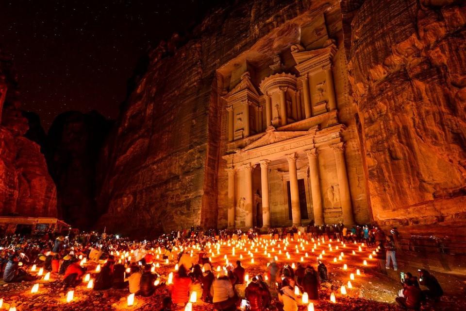 月の光とキャンドルの灯に浮かびあがる幻想的なペトラ遺跡『ペトラ ナイトツアー』