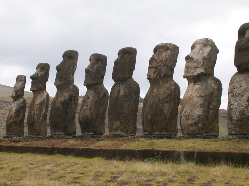 チリ・イースター島のモアイ