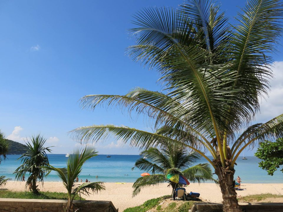 乾季も雨季もお勧めできるプーケットのビーチ『ナイハーンビーチ』