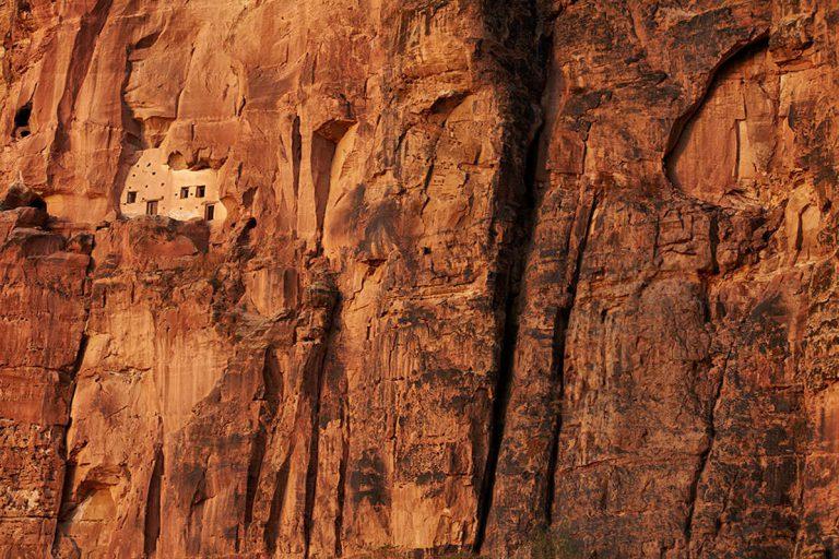 断崖の中腹に造営された教会の外観