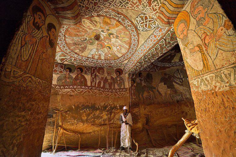 教会内部に鮮やかに描かれた、エチオピア正教九聖人の壁画