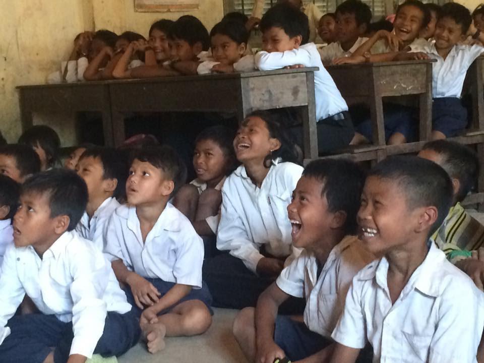 カンボジアの村の子どもたちに映画を届けるスタディツアー