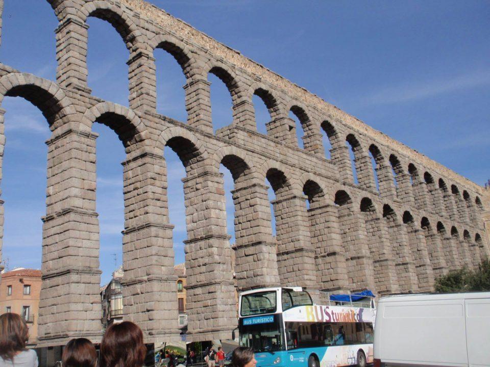 マドリッドから日帰り観光、スペイン最大規模のセゴビア水道橋