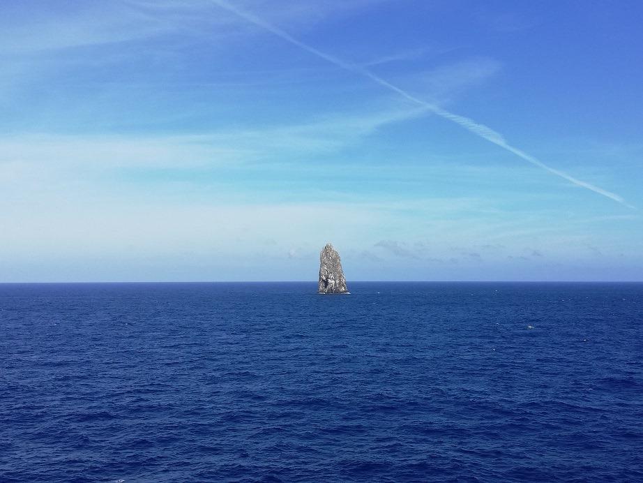 太平洋にそびえ立つ「孀婦岩(そうふいわ)」